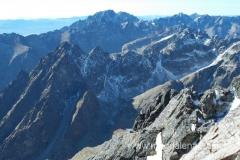 na szczycie Łomnicy (2.634m npm) - widok na Gerlach (na ostatnim planie)