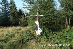 miejsce katastrofy śmigłowca czeskiego w 1985r.; w katastrofie zginęło dwóch pilotów; pomnik ozdobiony jest resztami śmigła i kadłuba helikoptera
