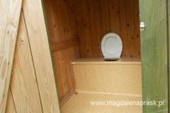 toaleta schroniskowa na szczycie Lubonia Wielkiego