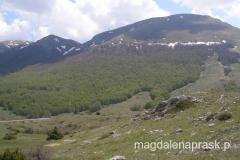tam do góry będziemy się wspinać - Magoro jest niewidoczny - kryje się za tym kopulastym szczytem