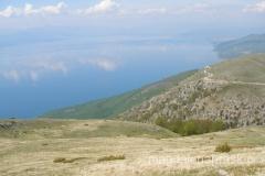 po lewej na przeciwległym zboczu widać drogę łączącą Jezioro Ochrydzkie z Jeziorem Prespańskim