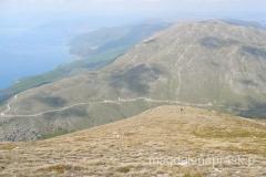 wyraźnie widoczna droga przecinająca pasmo górskie Galicica