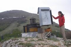 kapliczka sv. Gjorgji na Przełęczy Livada, w której kierowcy zostawiają dary w podzięce za szczęśliwy przejazd