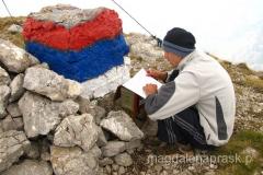 Zdravko tradycyjnie wpisuje się do zeszytu pozostawionego w tym celu na szczycie