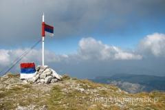 wierzchołek Maglic jest bardzo zadbany - jest pięknie pomalowany kamień i flaga serbska (bo tu jest Republika Serbska) i ogólnie bardzo miło nam tam było (żadnych grafitti i innych bazgrołów, żadnych śmieci)
