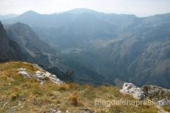 widoki ze szczytu - w dole widać jezioro, które znajduje się już w Czarnogórze