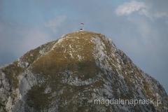 szczyt Maglic - widać też obracającą się na wietrze flagę