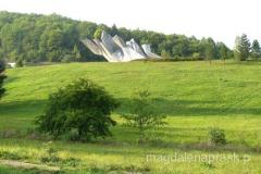 pomnik jest położony w pięknej zielonej dolinie