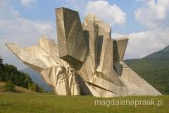 we wsi Tjentiste znajduje się chyba najważniejszy / najbardziej czczony pomnik czasów Tito
