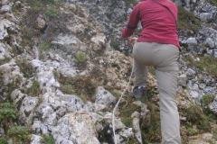szlak ubezpieczają metalowe linki, ale w dobrej pogodzie nie ma potrzeby ich używać - bardzie przydają się przy schodzeniu gdy pada deszcz i skała jest śliska