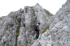 przed wierzchołkiem jest niewysoki próg skalny