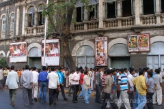 ludzie licznie gromadzący się przed wejściem do kina