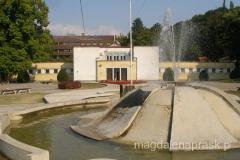 na głównym placu stoją mniejsze i większe fontanny - niestety nieco zaniedbane