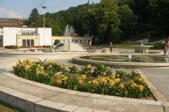 główny plac Niskiej Banji z pięknie kwitnącymi klombami kwiatowymi