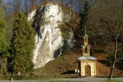 Kaplica na Wodzie położona malownicza u stóp ściany skalnej