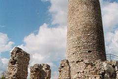 Romantyczne ruiny zamku stały się wręcz idealną dekoracją filmową.