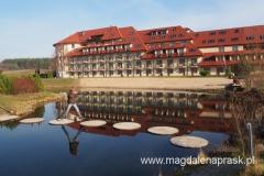 na terenie Hotelu Ossa - niczym Calineczka ;-) z listka na listek