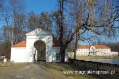 na podjazd przed pałacem prowadzą dwie ciekawe bramy – kordegardy