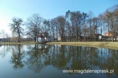zbiornik wodny w parku otaczającym pałac