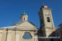 do budynku kościoła przylega czworoboczna wieża – dzwonnica o trzech kondygnacjach, nakryta baniastym hełmem