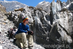 w drodze do Obozu 1, jęzor lodowca, z którego nieustannie wytapiają się i spadają z hukiem kamienie