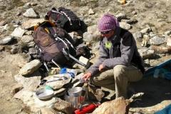 standard obozowego życia - gotowanie na turystycznym palniku
