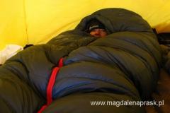 w nocy w wyższych obozach jest bardzo zimno więc dobry śpiwór to podstawa