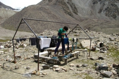 zrobione w strumyku pranie rozwieszam na dziwnym rusztowaniu w pobliżu naszych namiotów