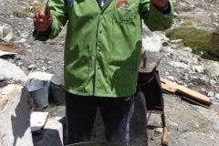naczelnik Bazy jako nadzorujący proces gotowania narodowej potrawy: palv
