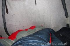 spanie w namiocie w trzy osoby to koszmar; zwłaszcza jak śpi się w środku i jest się ściśniętą jak sardynka