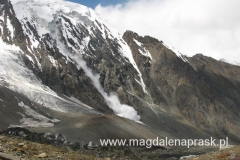 lawina schodząca z jednego ze zboczy gór otaczających Bazę
