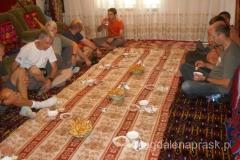 po drodze zatrzymaliśmy się na posiłek we kirgiskim domu gdzie zostaliśmy ugoszczeni w tradycyjny sposób