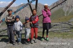 kirgiskie dzieci spotkane po drodze do Bazy