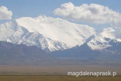 potężny masyw Pika Lenina - grań po prawej stronie od szczytu ma 7 kilometrów!