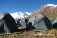 nasze namioty w Bazie - każdy namiot postawiony na drewnianej platformie - super lux