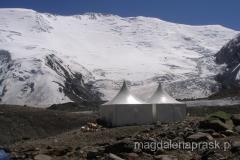 Obóz I - potężna ściana Pik Lenina ma w tym miejscu aż 2,5 km wysokości