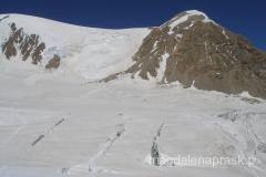 po lewej u podnóża skalistej góry jest już Obóz II