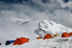 Obóz III - w tle grań prowadząca na szczyt (ale do szczytu tą granią jest 7 km)