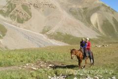 kirgiskie dziewczyny na koniach jadą do Obozu I