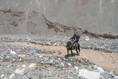 przejazd na koniu to czasami jedyny sposób na pokonanie tego rwistego potoku górskiego