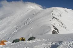 Obóz III a w tle grań prowadząca na szczyt