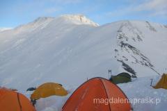 Obóz III o zachodzie słońca, a w tle grań prowadząca na szczyt