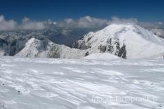 góry Pamiru - ośnieżone szczyty - widok z trasy na szczyt
