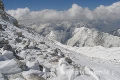 w drodze na szczyt - widok z głównej grani na ośnieżone szczyty Pamiru
