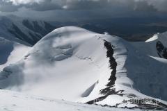 zejście ze szczytu - na wierzchołku po prawej widoczny Obóz III