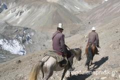 Kirgizi w tradycyjnych czapkach
