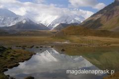 jeziorko na terenie Bazy, w którym niczym w lustrze odbija się pasmo gór Pamiru