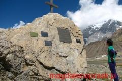 kolejny symboliczny cmentarz, po drodze na Pik Komunizma