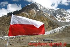 w bazie na Polanie Moskwina, w tle polskiej flagi widoczny masyw Piku Korżeniewskiej