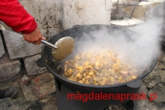 szef kuchni bazowej gotuje - wielki gar dla wielu ludzi